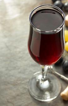 테이블에 와인 글라스와 포도