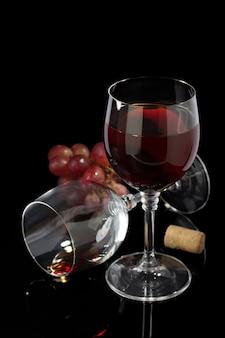 黒いテーブルの上のワイングラス