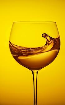 ワイングラス、ワイン赤水のスプラッシュ