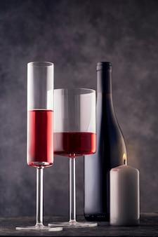 와인 잔과 레코딩 촛불 회색 배경 정에 레드 와인 한 병