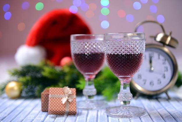 明るい背景にワイングラスとクリスマスの装飾