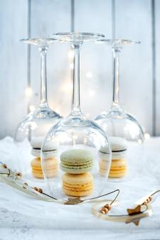 와인 잔과 흰색 바탕에 파스텔 마카롱 쿠키