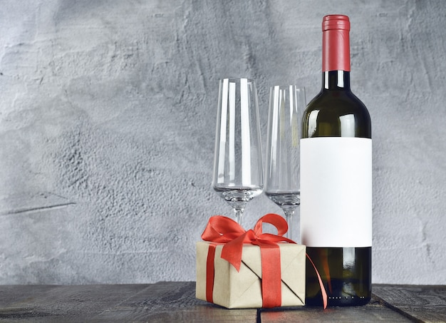 와인 잔, 병 및 나무 테이블에 선물