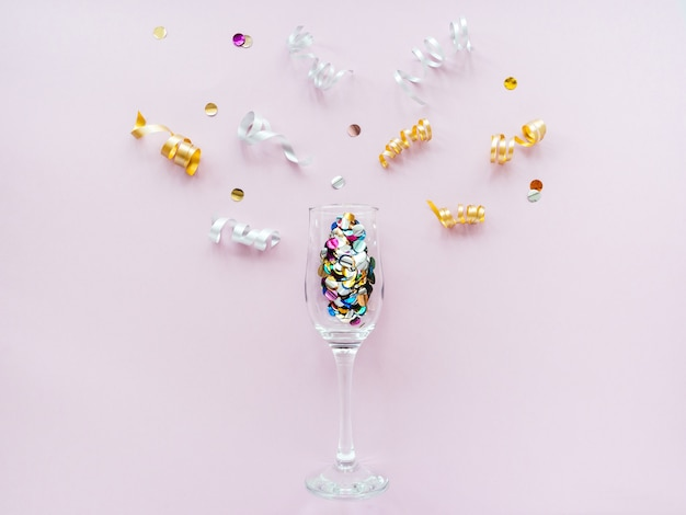 Фужеры наполнены конфетти, как шампанское