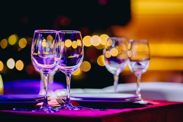 ぼやけた背景を持つレストランのワイングラス