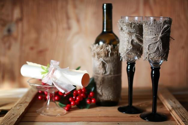 ワイングラスの招待状の木製の背景