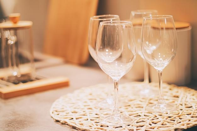 주방, 가정 장식 및 고급 인테리어 디자인 컨셉에서 가족 저녁 식사를 위해 와인 잔 제공