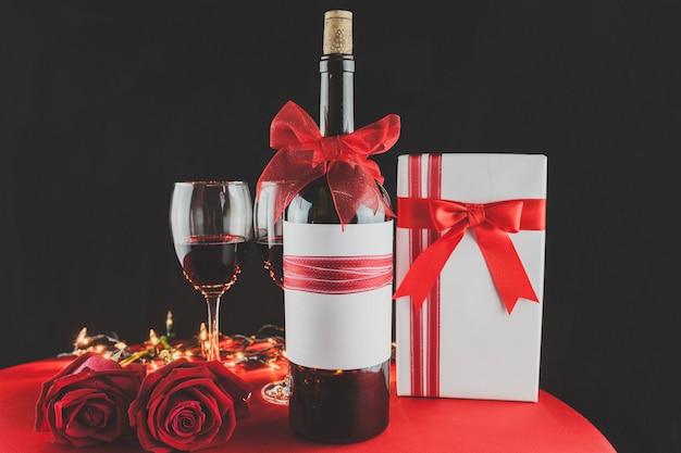 ロマンチックな装飾と贈り物のワイングラス