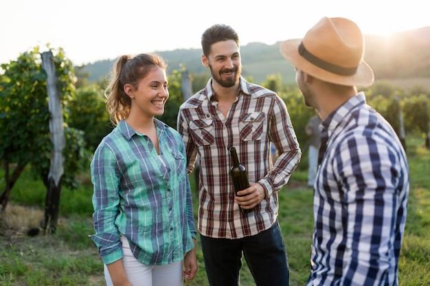 수확하기 전에 포도원에서 와인 재배자 가족