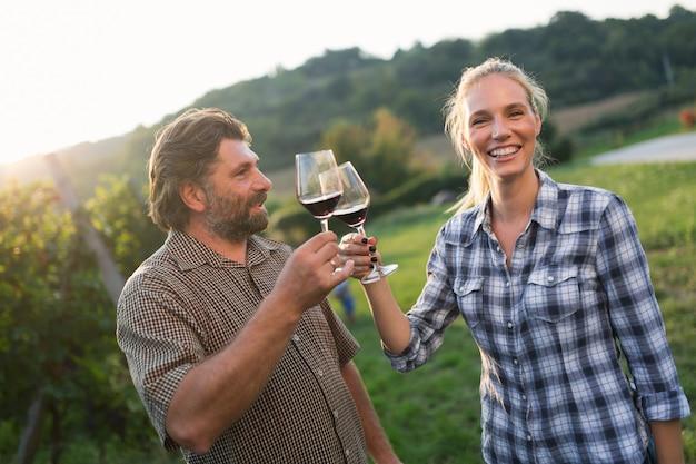와인 재배자 포도원에서 레드 와인으로 건배하는 와인 재배자