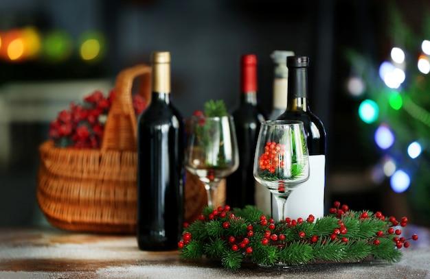 ぼやけたクリスマスツリーの背景にバスケットのワイン