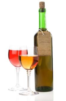 ガラスと白い背景で隔離のボトルのワイン