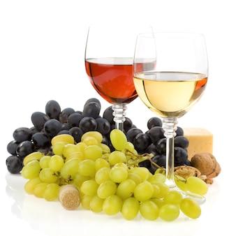 ガラスと白い背景で隔離の果物のワイン
