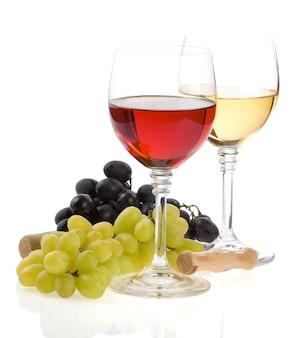 ガラスのワインと白い背景で隔離のグレープフルーツ