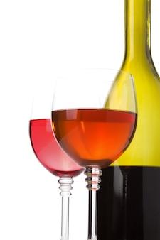白い背景で隔離のガラスのワイン