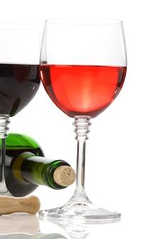 白い背景で隔離のグラスとボトルのワイン