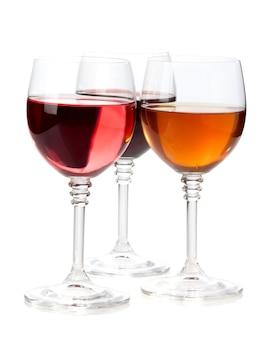 白い背景で隔離のグラスワイン