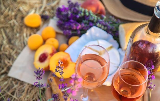 Вино в бокалах. пикник в лавандовом поле. выборочный фокус. природа.