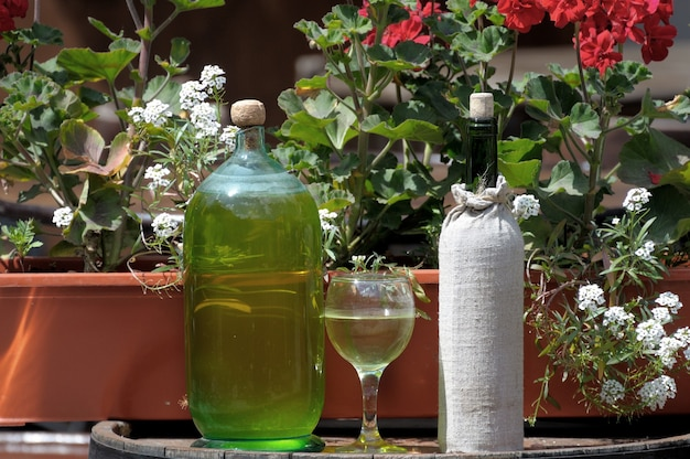 Вино в старых бутылках на бочке