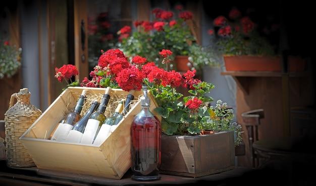 Вино в старых бутылках на ящике