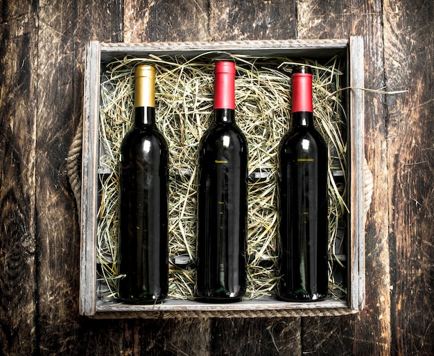木製のテーブルの上の箱のワイン。