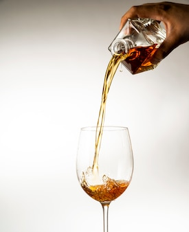 明るい背景にグラスにワインを注いだ