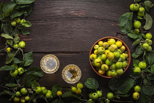 野生のリンゴのワインまたはサイダー。デザインのフレーム。クリエイティブプロジェクト