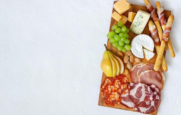 Закуска к вину. хамон, камамбер, чоризо, миндаль, голубой сыр, пармезан. закуски. винная закуска.