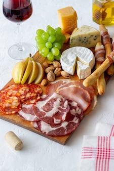 ワインスナック。ハモン、カマンベール、チョリソ、アーモンド、ブルーチーズ、パルメザンチーズ。前菜。ワインの前菜。