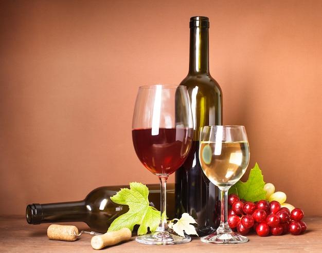 ワインの静物:ボトル、コルク、ブドウ、グラス