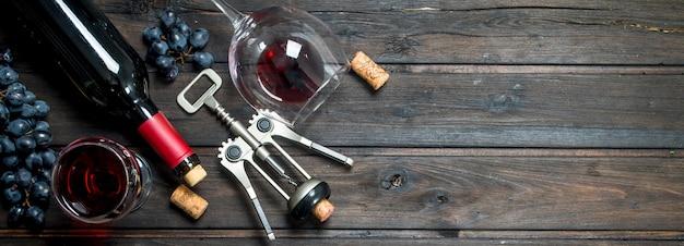 ワインの表面。コルク栓抜きの赤ワイン。木の表面に。