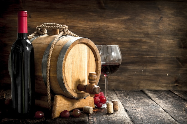 와인 테이블. 레드 와인과 갓 포도를 넣은 배럴. 나무 테이블에.