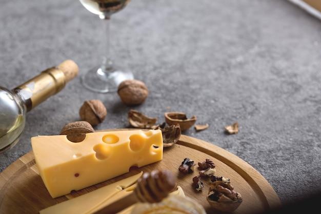 チーズ、ナッツ、蜂蜜の伝統的な前菜を使ったワインテイスティングのコンセプト