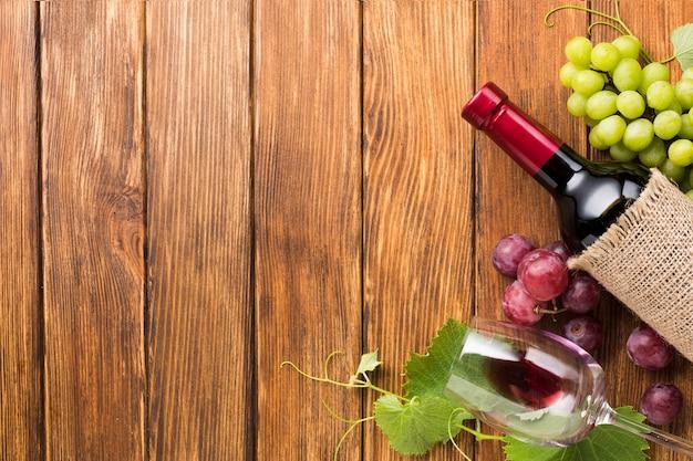 赤と緑のブドウのフレームとワイン