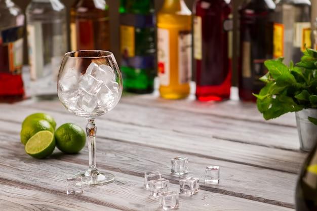 얼음 조각과 와인 글라스입니다. 민트와 라임. 시원한 음료를 준비하는 방법. 최고의 종류의 알코올.