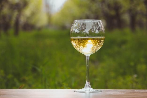 開花のリンゴ園で白ワインとワイングラス