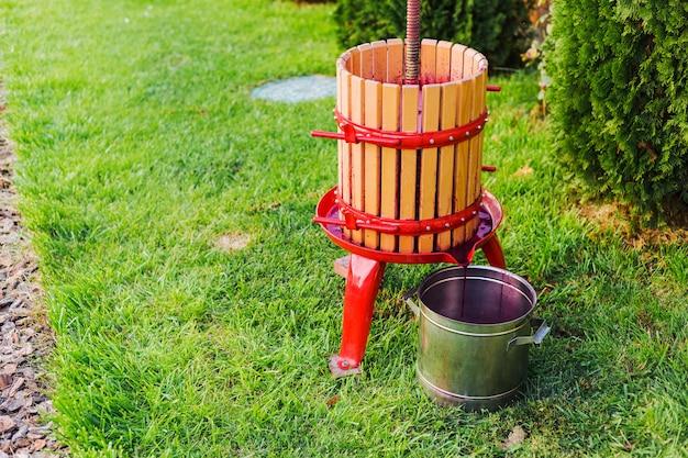 와인 프레스 기계, 크러셔. 포도 수확. 와인 생산을 위한 특수 장비, 포도주 양조장 복사 공간이 있는 야외. 소규모 공예 사업, 집에서 만든 와인의 개념. 가을 와이너리.
