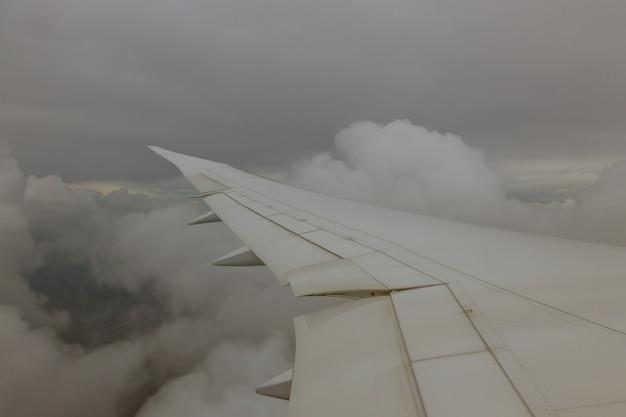 雲の上を飛んでいる飛行機の間に高度の翼航空機