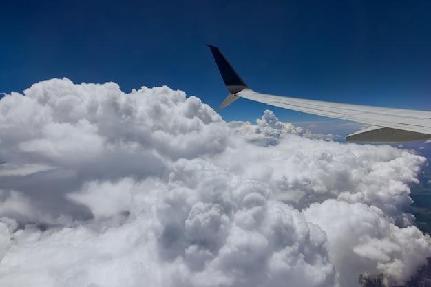 항공기 구름 위를 나는 비행기의 날개