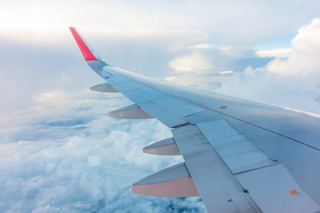 Крыло самолета, летящего над облаками