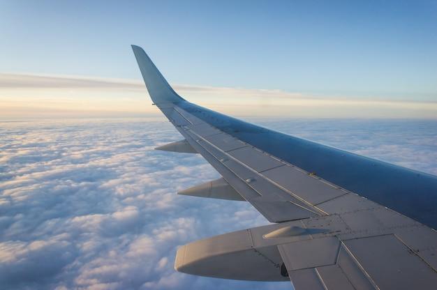 Крыло пассажирских самолетов, голубое небо и облака. концепция путешествия.