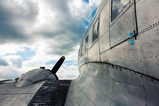 ヴィンテージ航空機の翼ビュー