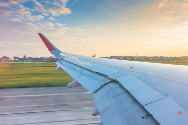 Wing while breaking during landing on runway