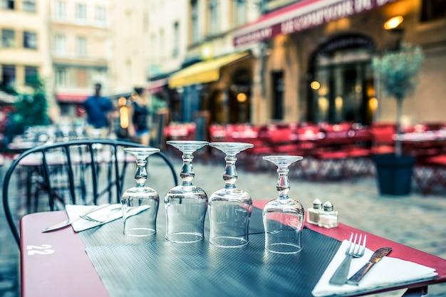 Wingalsses на столике на открытом воздухе