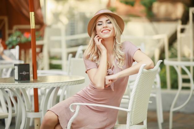 Мигающая чувственная модель девушка, касающаяся ее лица, маникюрные ногти, красота подросткового лица на белом фоне. радостная молодая модная женщина с ярким макияжем, красными губами и ногтями, визажист, модельное лицо