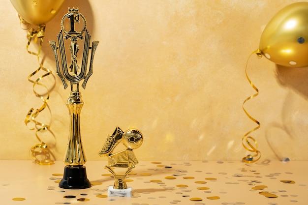 金色のボールと靴の勝者のコンセプト