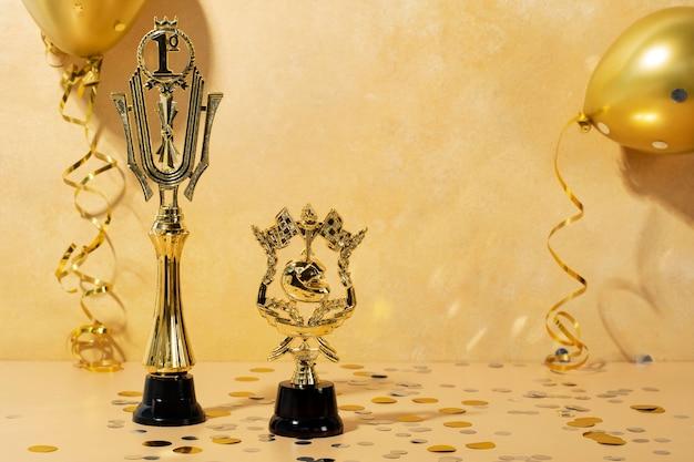 Концепция победителя с золотыми призами и воздушными шарами