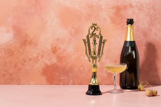 Концепция победителя с призом и бутылкой шампанского