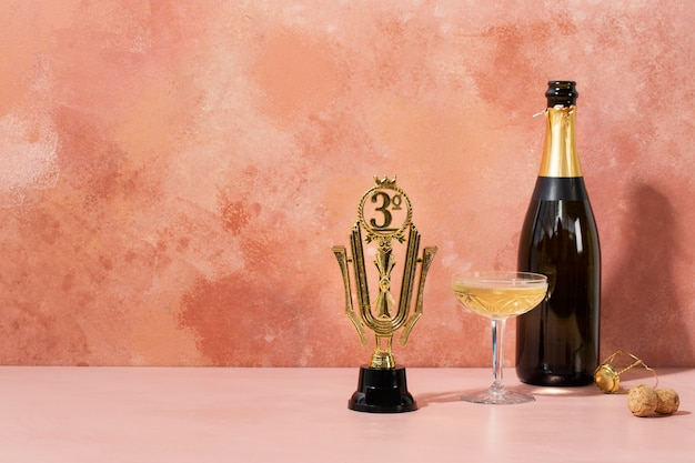Concetto vincitore con premio e bottiglia