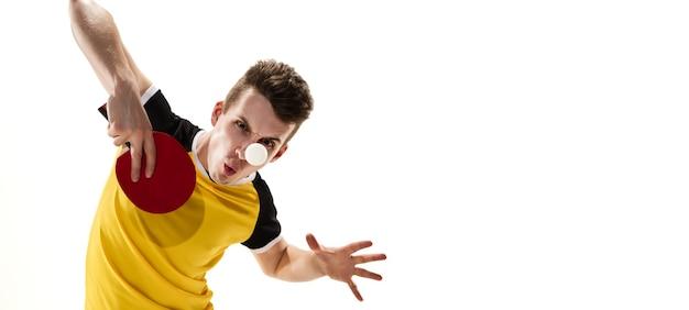 Победитель. смешные эмоции профессионального игрока в пинг-понг изолированного на белой стене. азарт в игре, человеческие эмоции, выражение лица и страсть со спортивной концепцией.